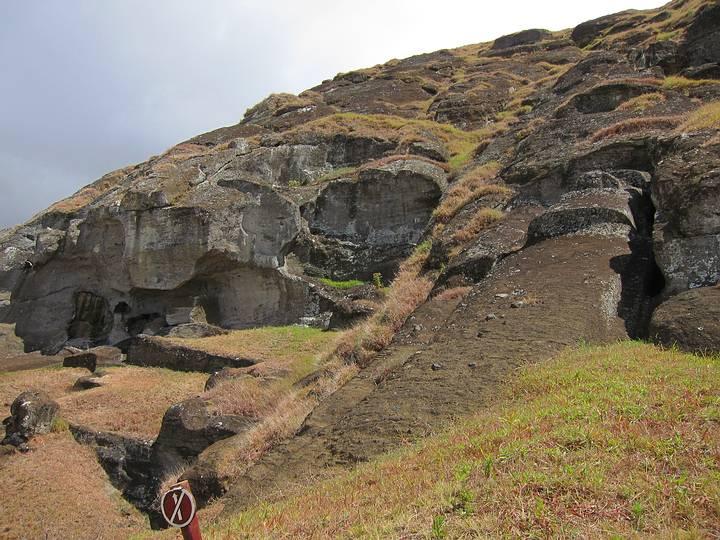 Cantera en el cráter volcánico Rano Raraku, isla de Pascua.